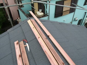 貫板と棟板金を設置します