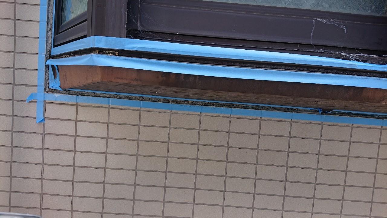 雨漏りしている出窓廻りのコーキングを撤去しマスキングテープで養生している様子
