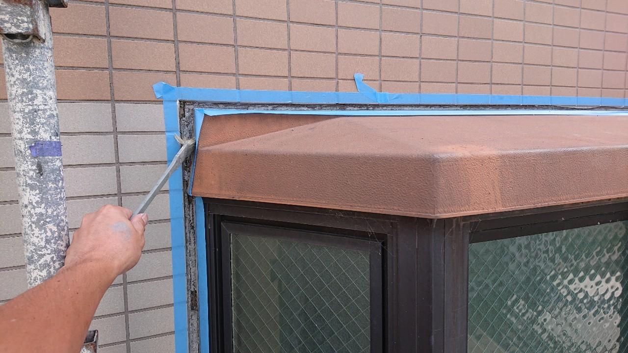 明石市で雨漏りした出窓廻りのコーキング目地にプライマーを塗っている様子