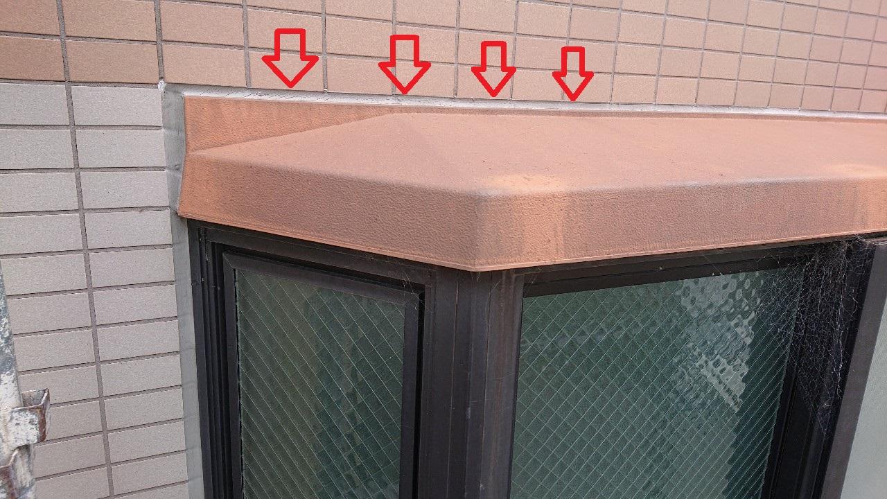 明石市での雨漏りの原因となった出窓廻りのコーキングの様子