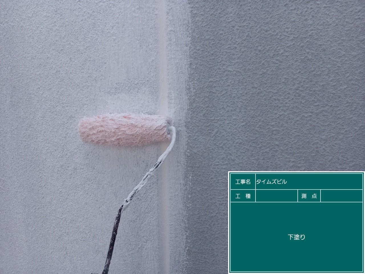 神戸市中央区の外壁塗装で下塗りしている様子