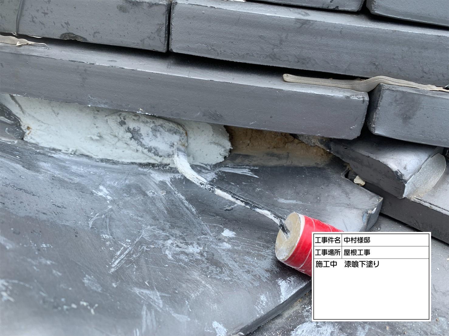 神戸市西区で瓦屋根に漆喰を塗っている様子