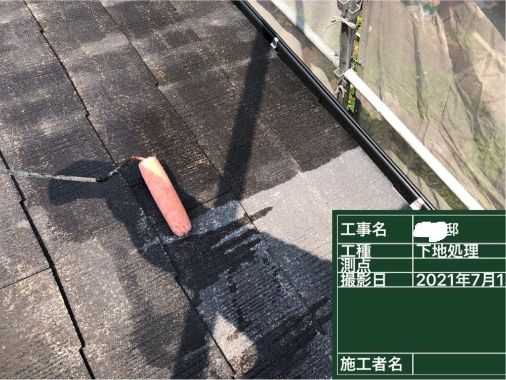 神戸市での屋根塗装で遮熱塗料を使用する前に下塗りをしている様子