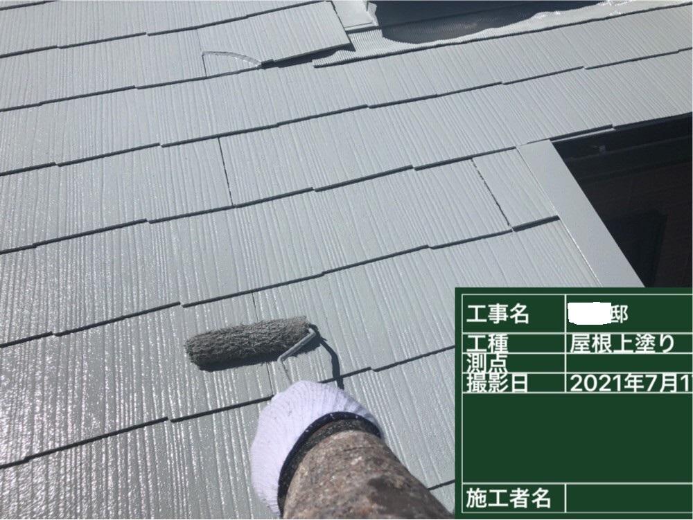屋根塗装で遮熱塗料を上塗りしている様子