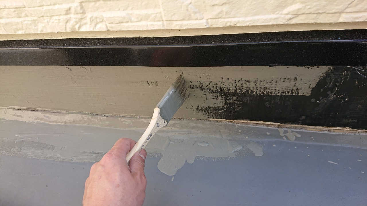 加古郡稲美町での防水工事で立ち上がり部分にセメントを塗っている様子
