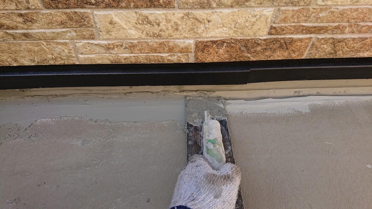 加古郡稲美町での防水工事で土間にセメントを塗っている様子