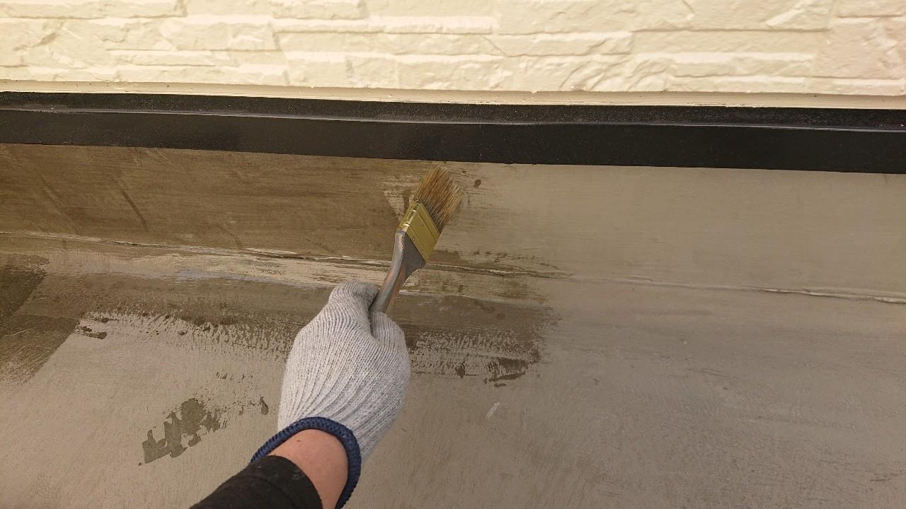加古郡稲美町での防水工事で立ち上がりにプライマーを塗っている様子
