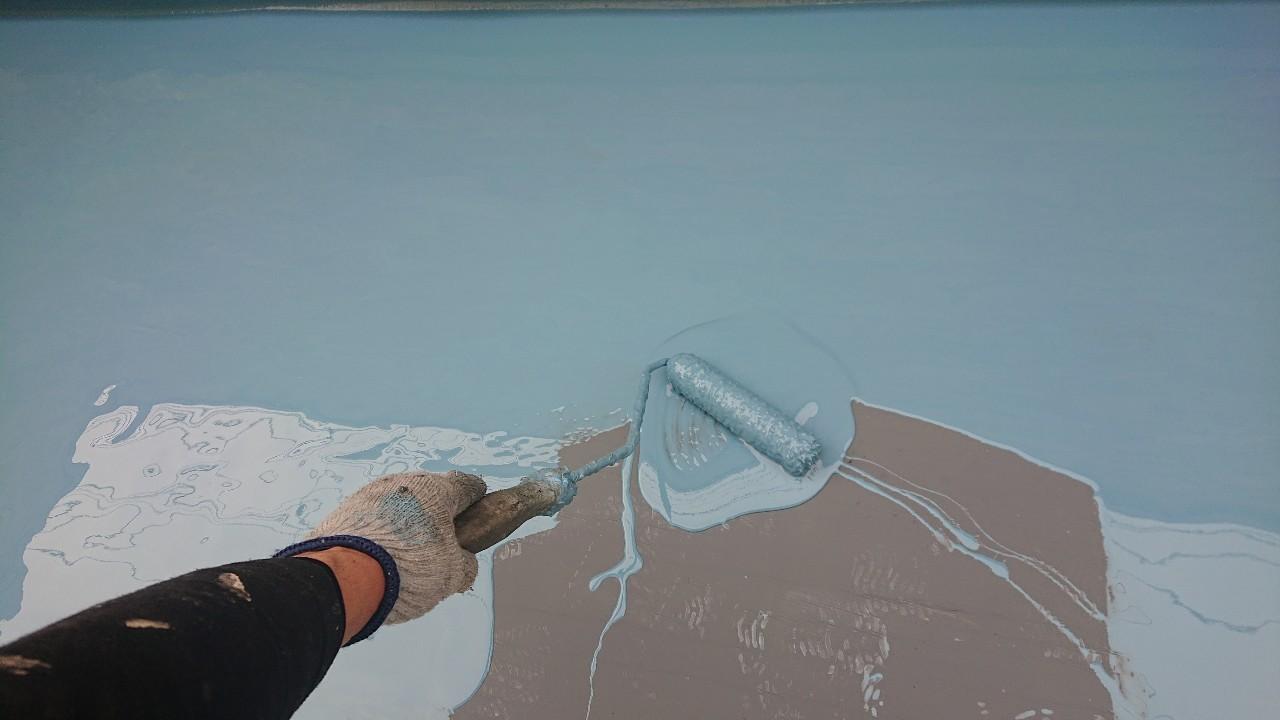 加古郡稲美町での防水工事でウレタン中塗りしている様子