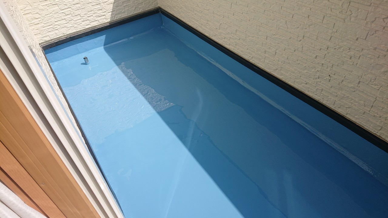 加古郡稲美町での防水工事で2回目のウレタン中塗りをした様子