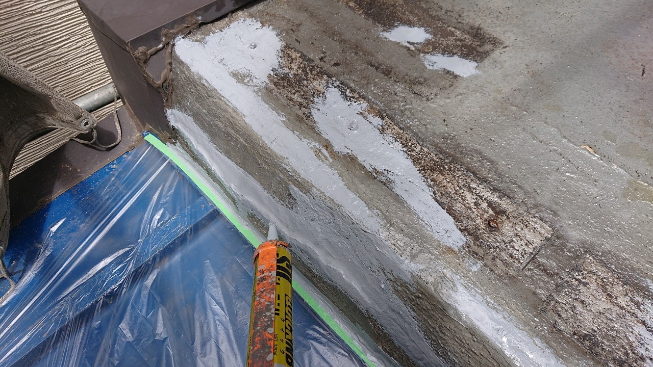加古郡稲美町でベランダ床をコーキングで補修している様子