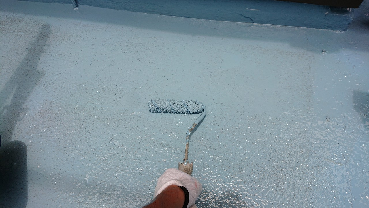 雨漏り修理でのベランダ防水でウレタンを中塗りしている様子