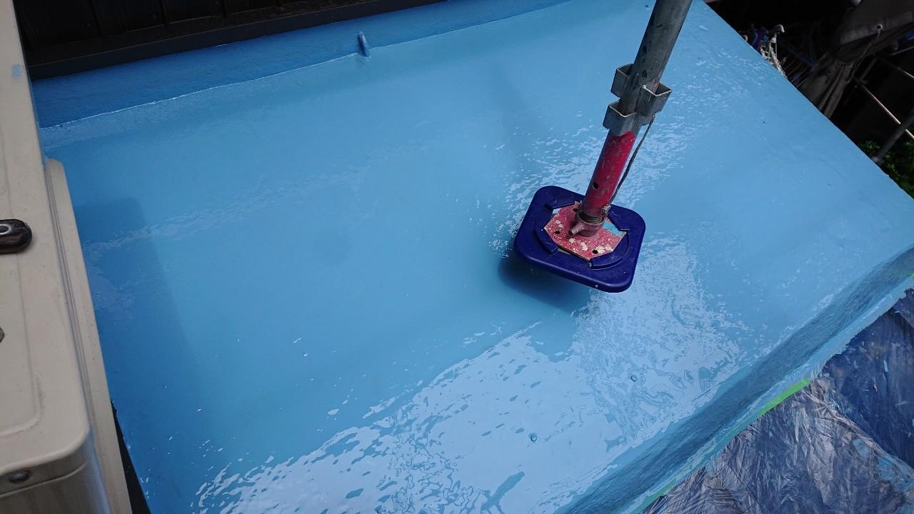 ベランダ防水でウレタン防水を2回塗っている様子