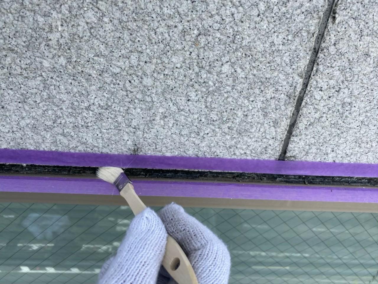 神戸市中央区でのコーキング打ち替え工事でプライマーを塗っている様子
