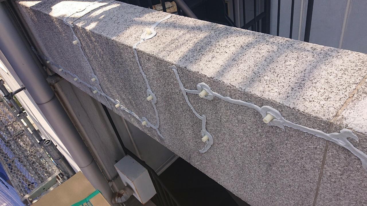神戸市中央区の外壁補修工事で剥離シールを使用し低圧注入の準備をしていく