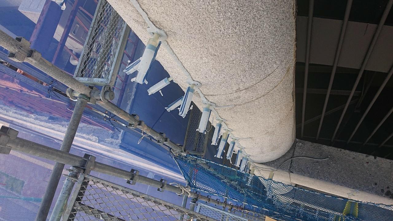 神戸市中央区の外壁補修で低圧注入を行っている様子