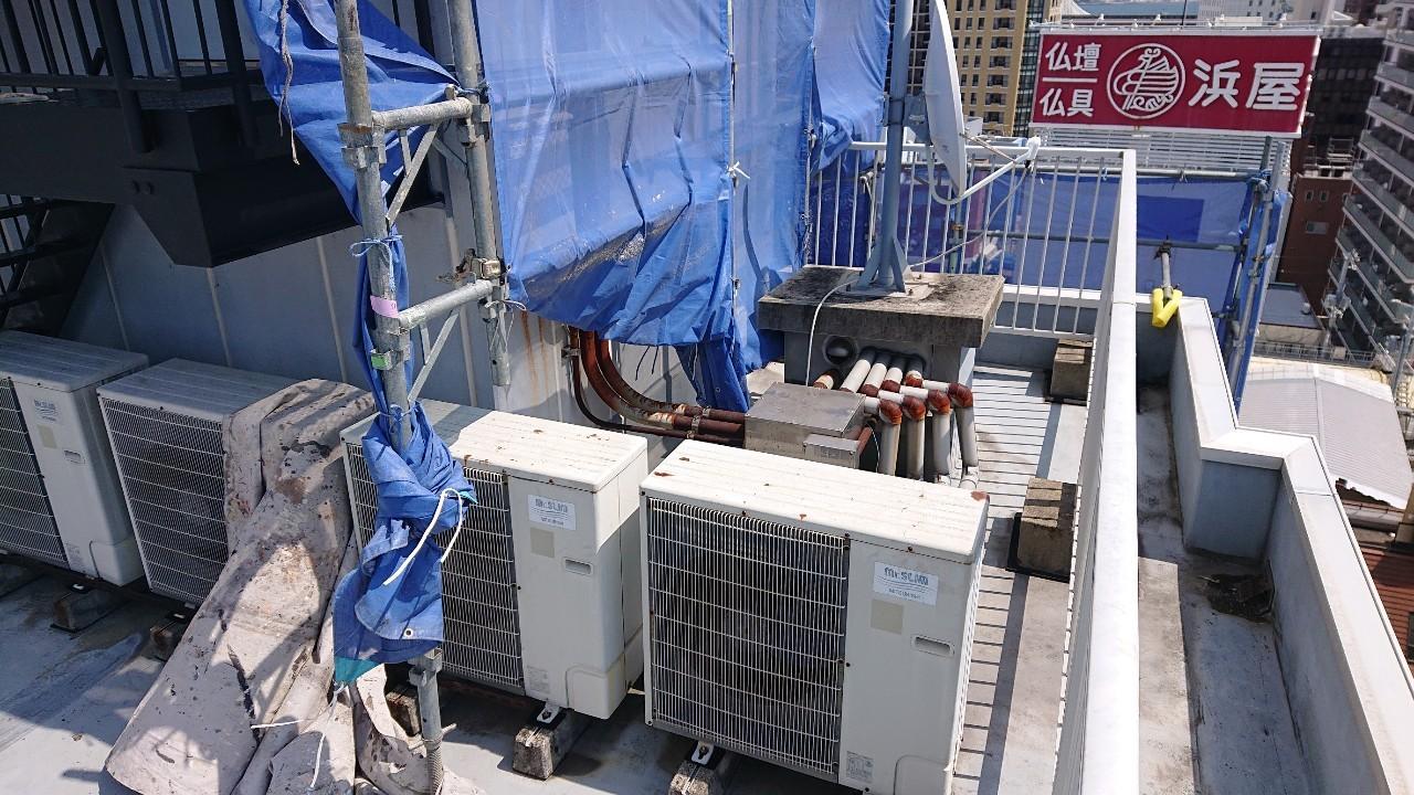 ウレタン防水工事を行う部分に室外機や配管がたくさんある様子
