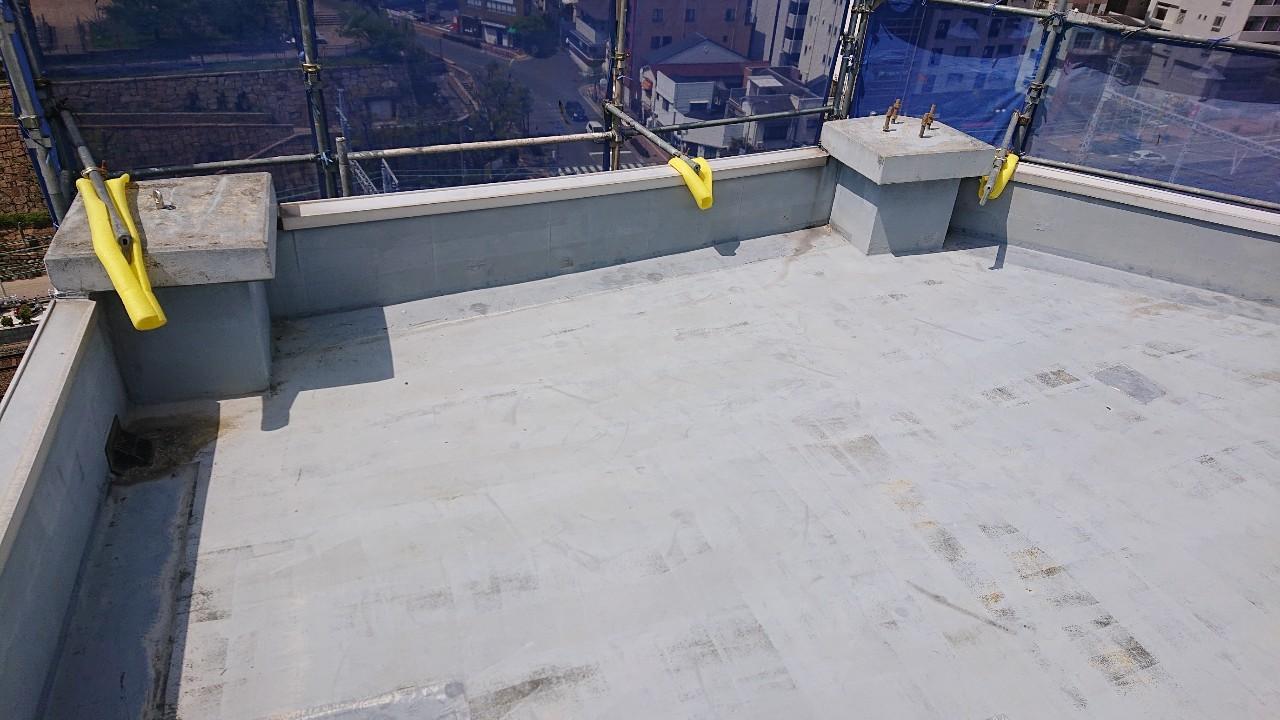ウレタン防水工事前のビルの屋上に使用されていた防水層の様子