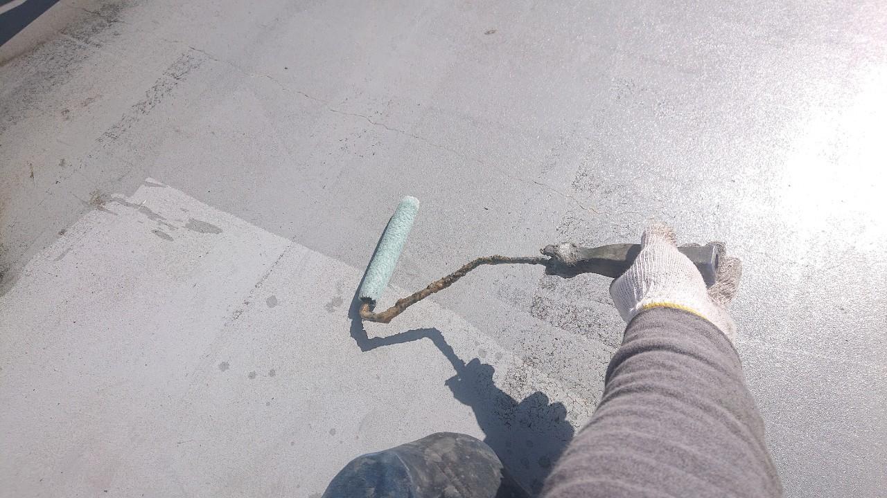 ウレタン防水工事前に土間にプライマーを塗っている様子