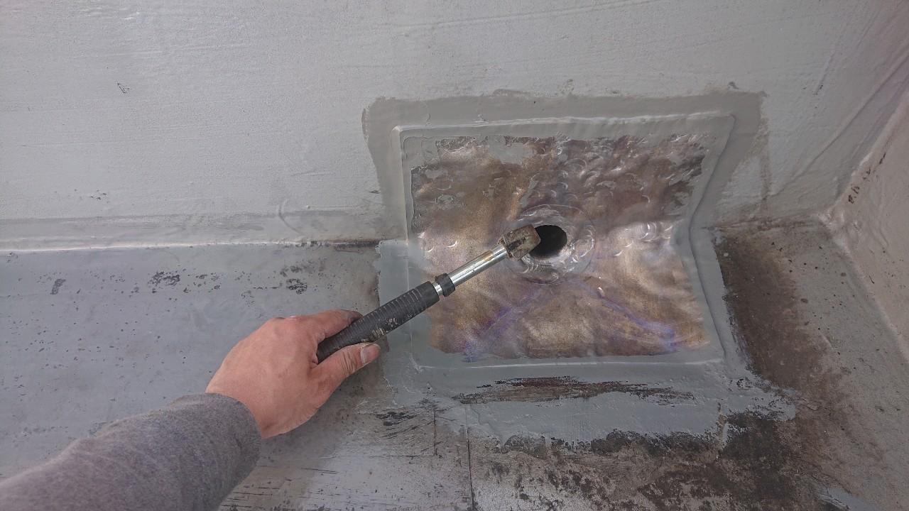 屋上の排水ドレンに改修用ドレンを取り付けた様子