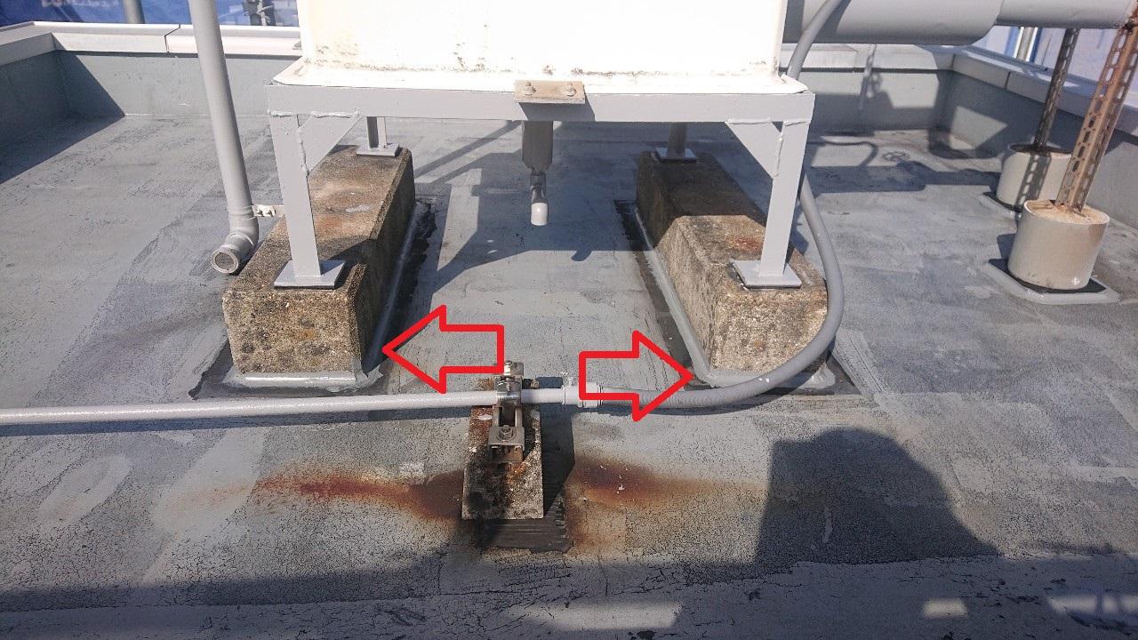 ウレタン防水工事前にひび割れ箇所をコーキングした様子