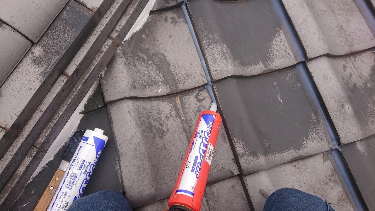 加古川市での瓦屋根台風対策でラバーロック工法を行っている様子