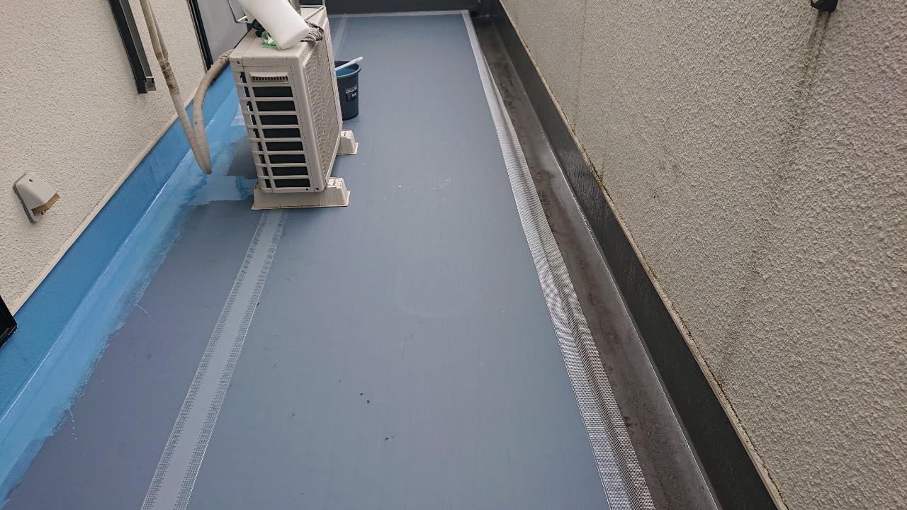 神戸市北区のベランダ防水工事で通気シートを貼った様子