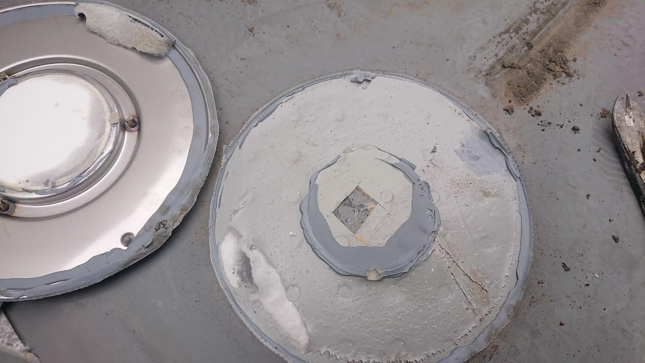 ベランダ床の膨れの原因となった脱気パンの様子
