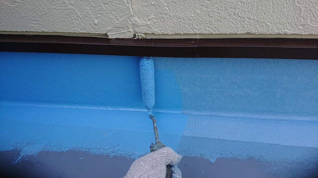 立ち上がり部分にウレタン防水を重ねて塗っている様子