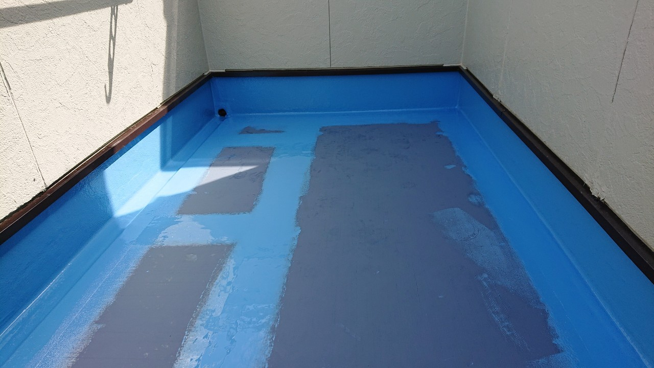 ベランダ防水工事でクロスを使用した部分を優先的に中塗りした様子
