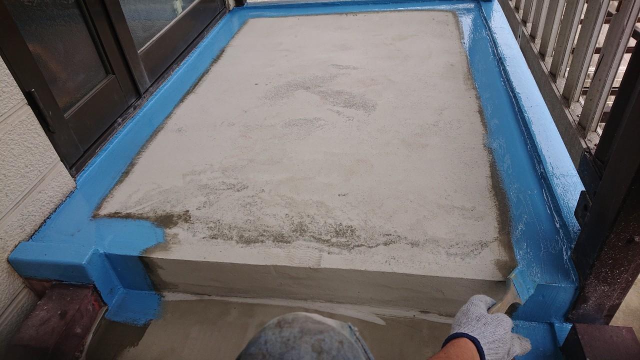 明石市の外部階段リフォームで端部に防水処理している様子