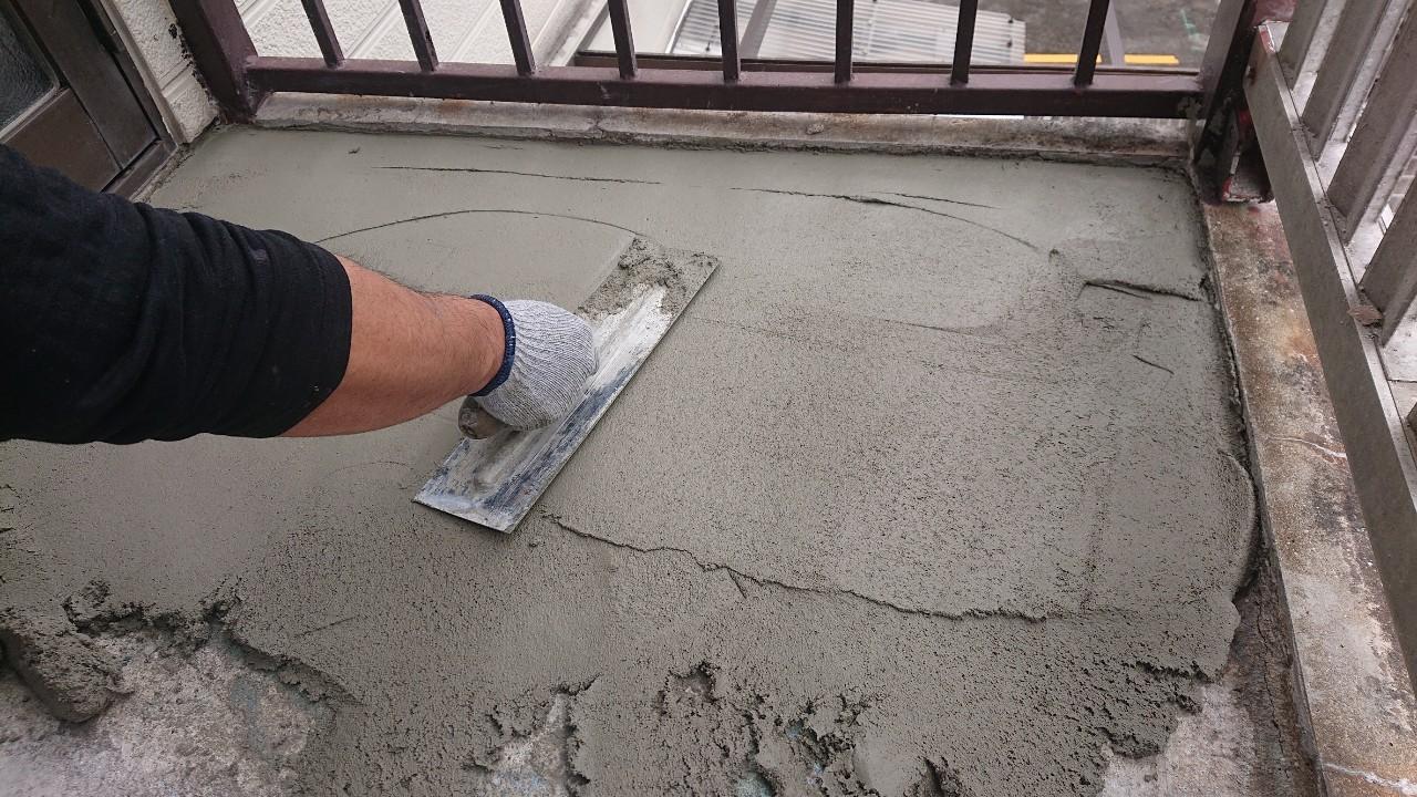 明石市での外部階段リフォームでセメントを塗っている様子