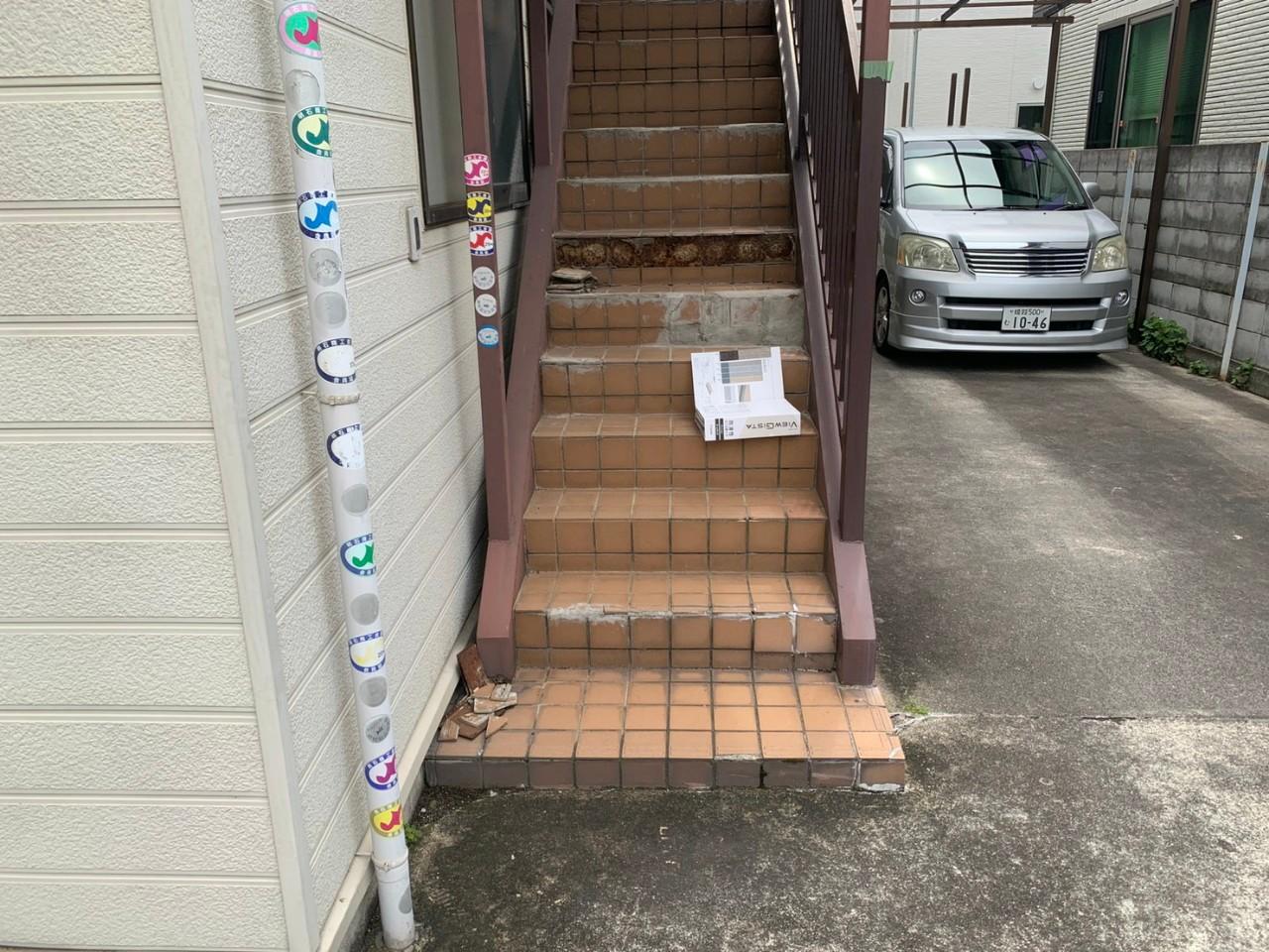 明石市で外部階段をリフォームする前のひび割れた階段