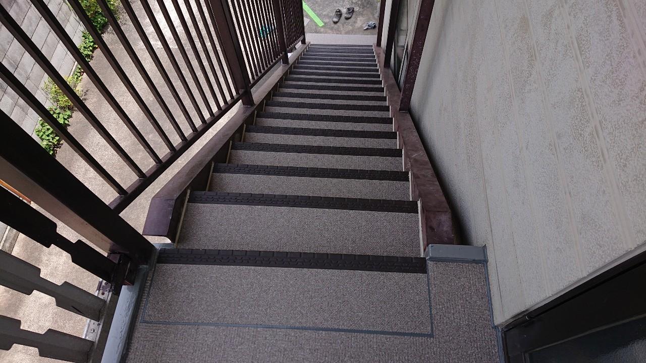 明石市のひび割れた外部階段を長尺シートに貼り替えた様子