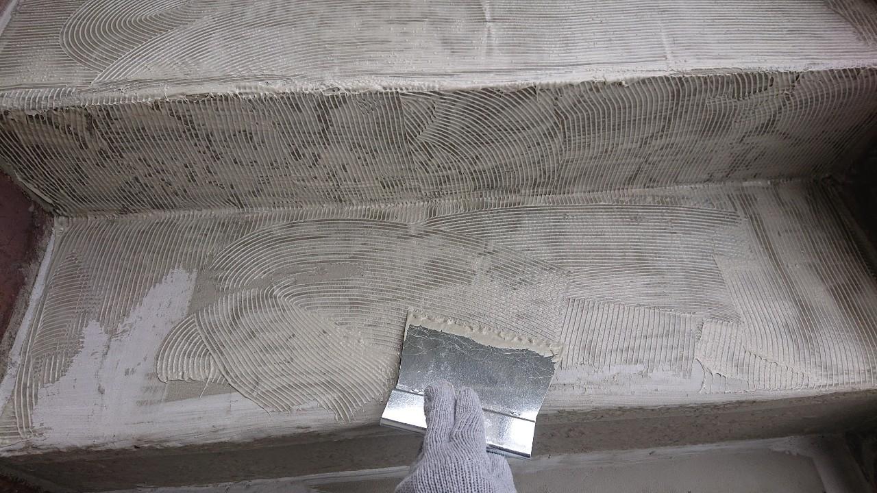 明石市の外部階段リフォームでノリを塗っている様子