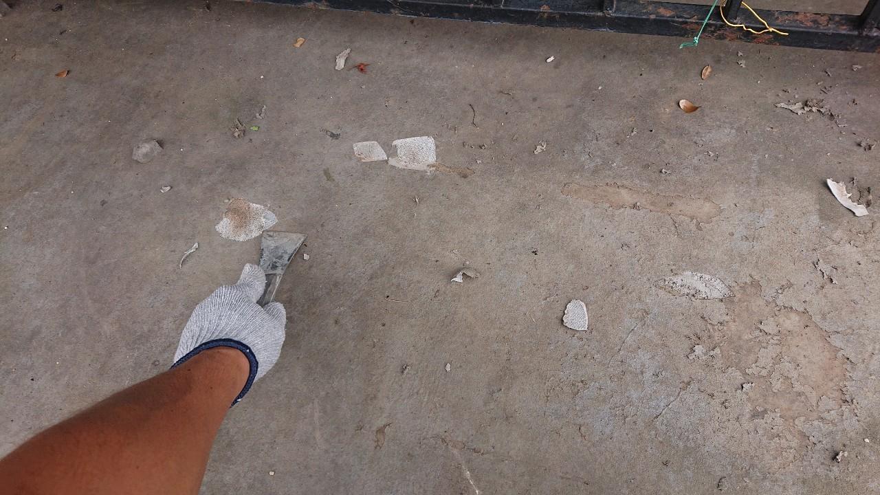 雨漏り対策でガレージ上に防水工事を行うためケレン作業している様子