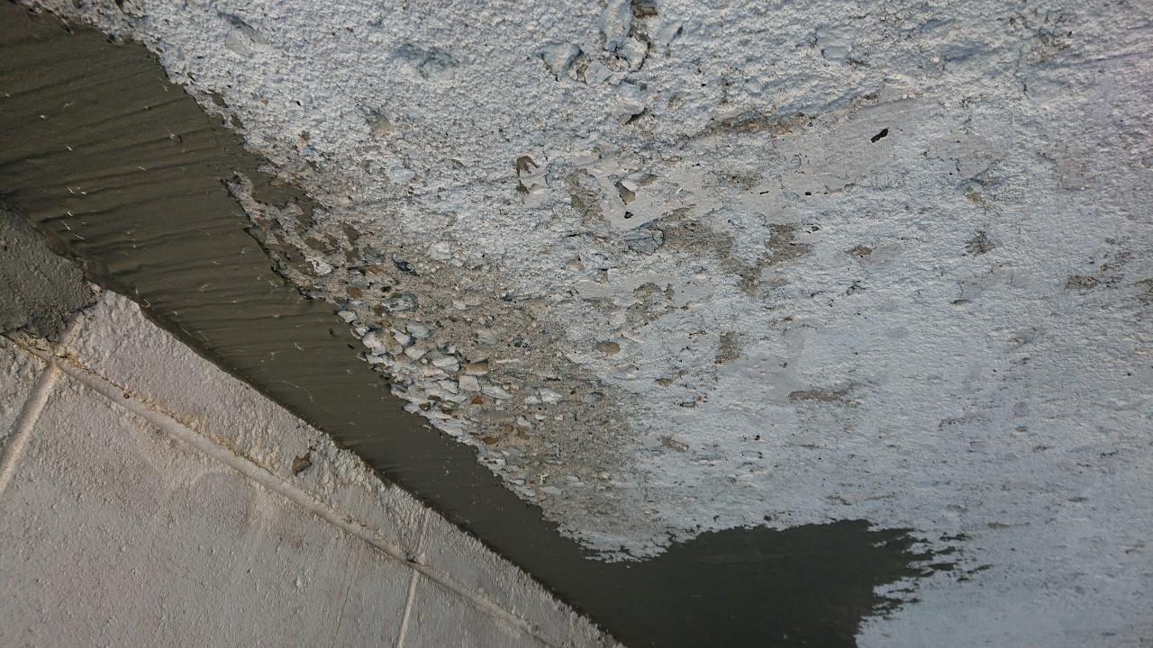 掘り込みガレージの天井がへこんでいる所にセメントを塗っている様子