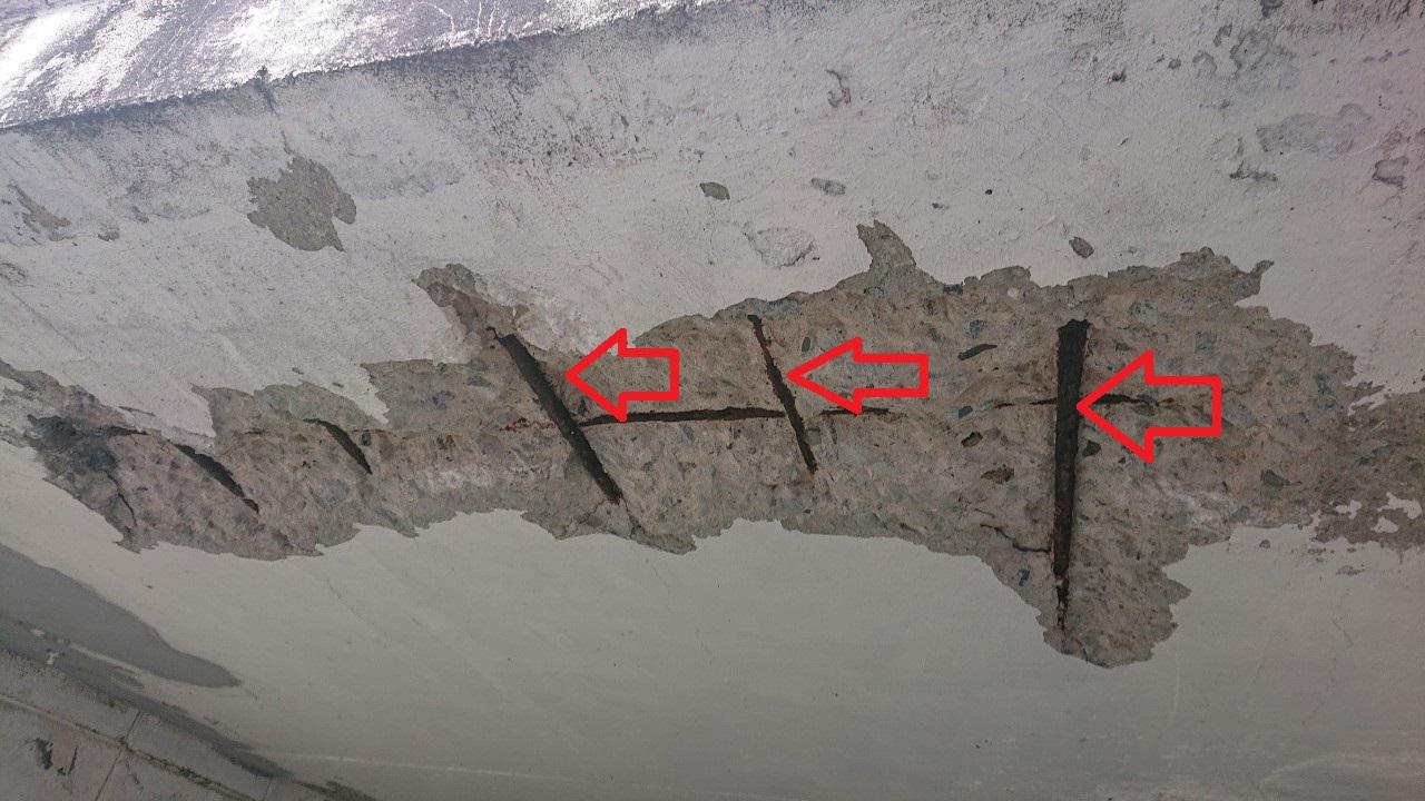 掘り込みガレージの天井が剥離している様子