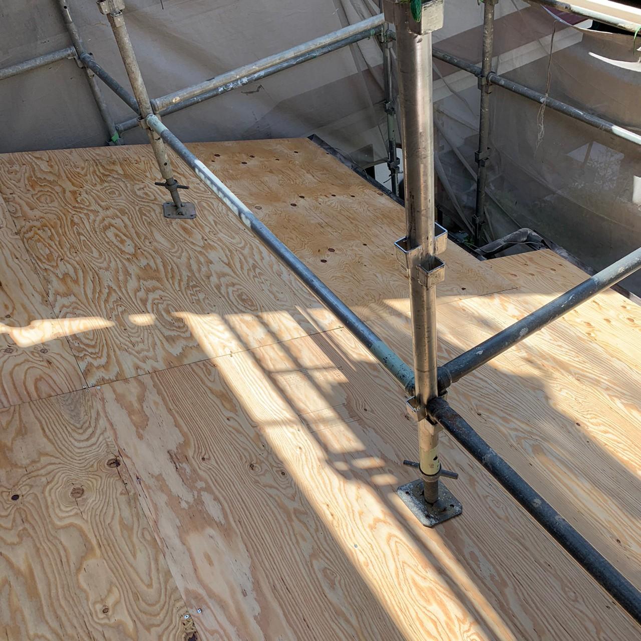 雨漏りしている瓦屋根の下地を葺き替え工事で補強した様子