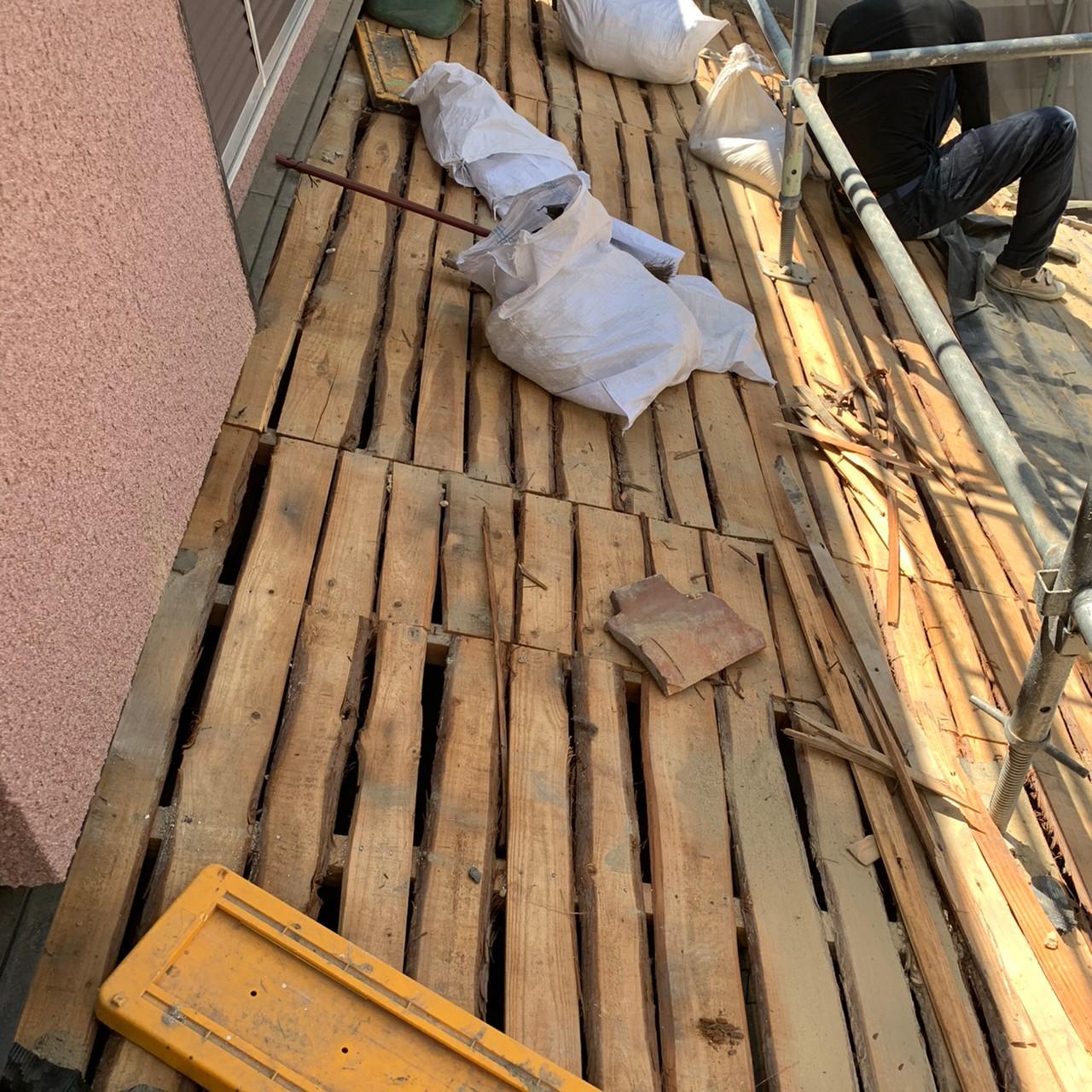 瓦屋根葺き替え工事で土を撤去した様子