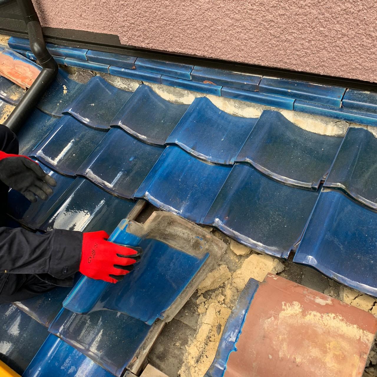 瓦屋根葺き替えで雨漏りしている瓦屋根を撤去している様子