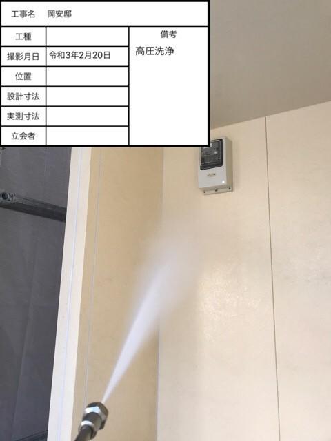 神戸市垂水区の外壁塗装で高圧洗浄している様子