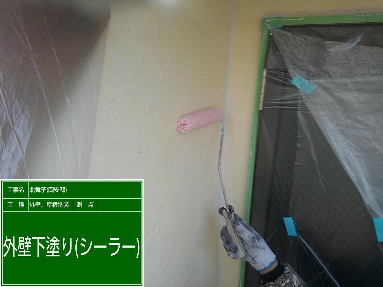 神戸市垂水区での外壁塗装工事でサイデイングに下塗りしている様子