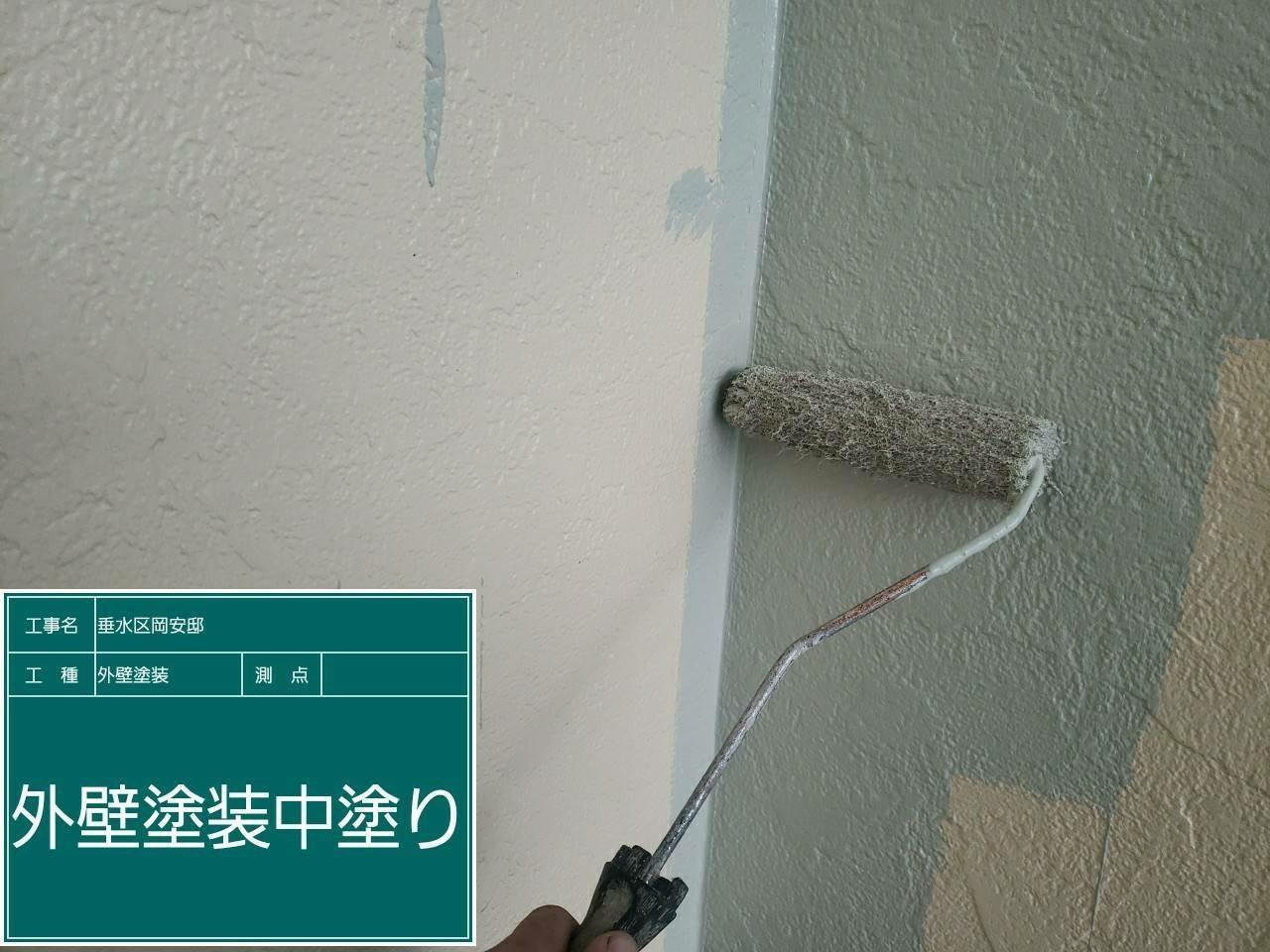 神戸市垂水区での外壁塗装工事でサイデイングに中塗りしている様子