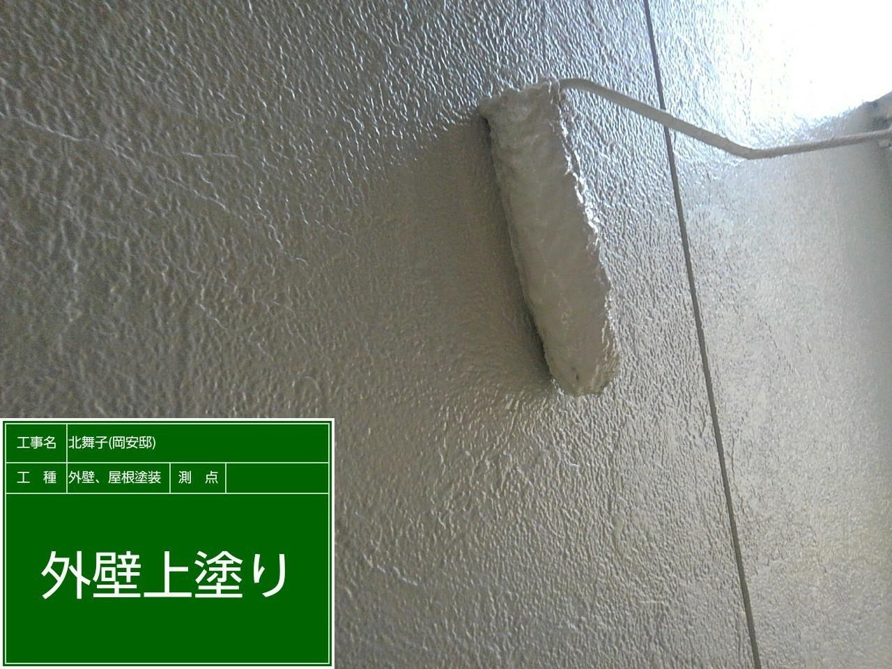 神戸市垂水区での外壁塗装工事でサイデイングに上塗りしている様子