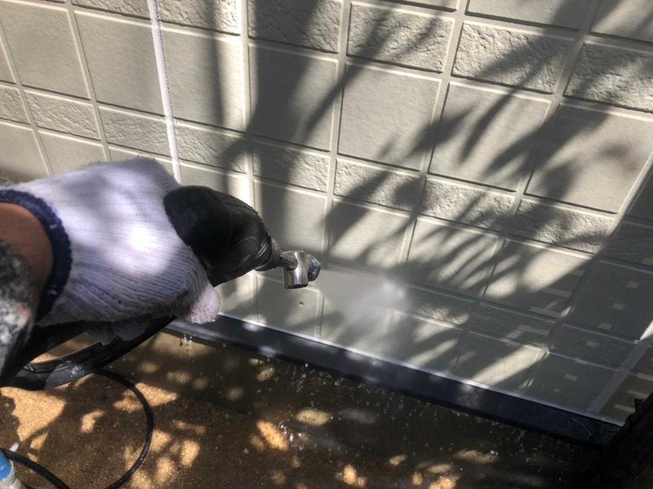 明石市で外壁塗り替え前に高圧洗浄している様子