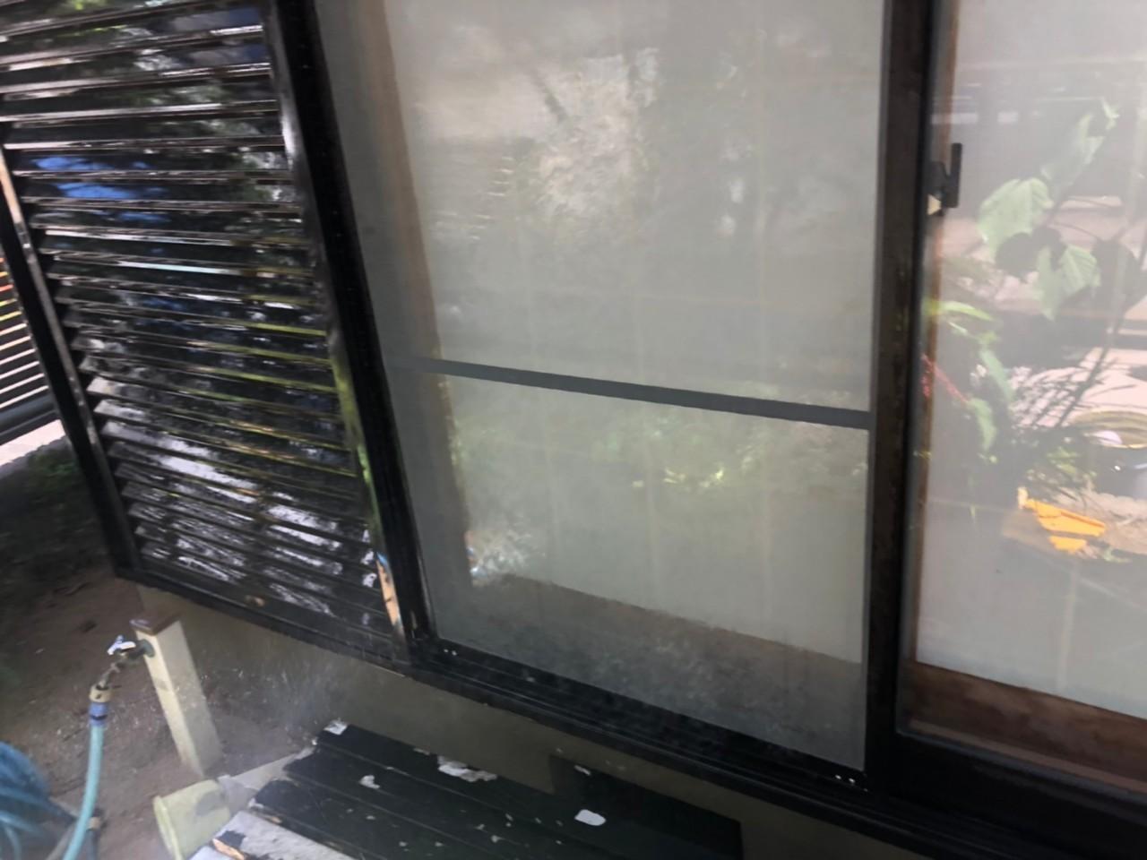 明石市での外壁塗り替えで高圧洗浄した雨戸の様子