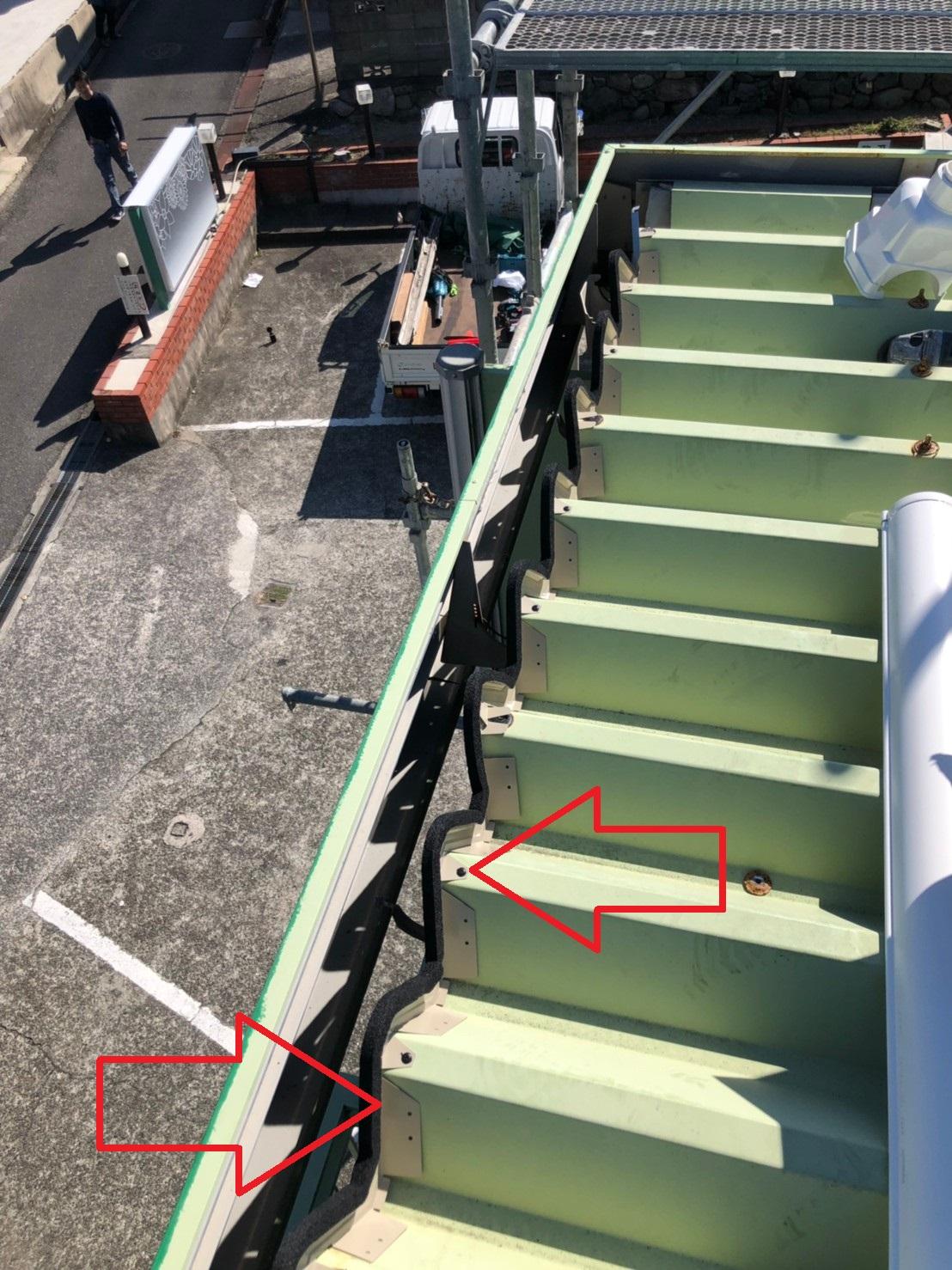 明石市での屋根工事で軒先に板金と防水シーラーを取り付けた様子