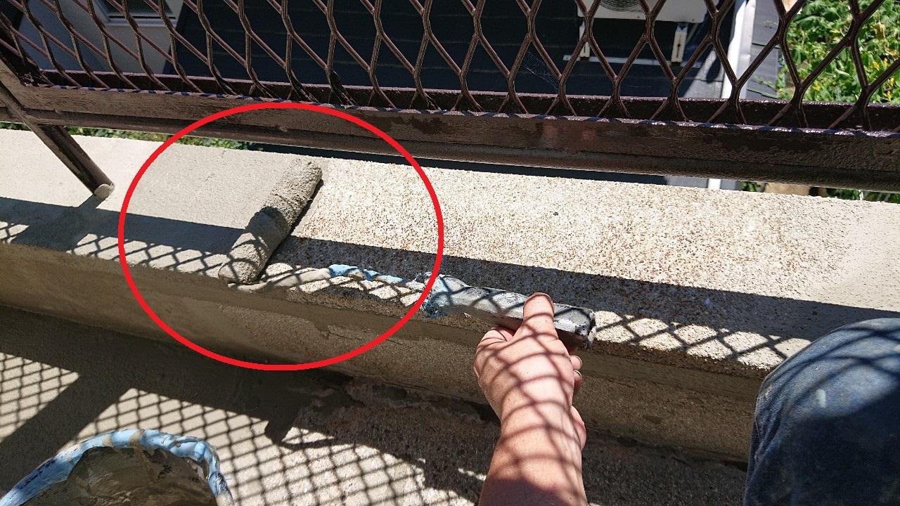 雨漏り修理で防水工事前にセメントを塗っている様子