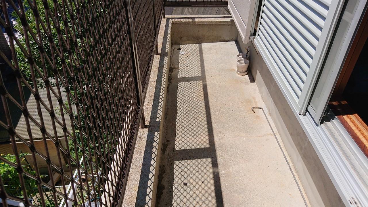 播磨町で雨漏り修理前のベランダ床
