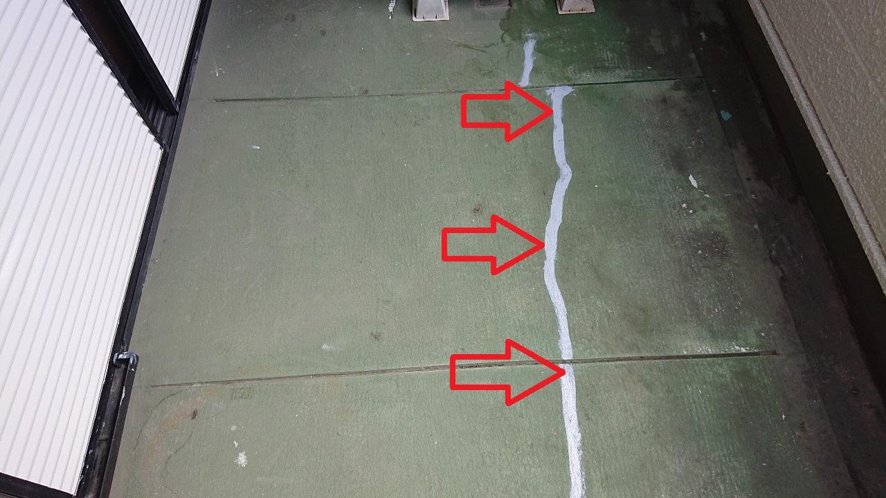 ベランダ床のメンテナンスでひび割れ箇所にコーキングを打っている様子